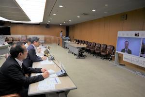 加藤駐モーリシャス大使と会談する田辺静岡市長(左中央)=18日午後、同市役所