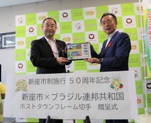 記念撮影をする竹田局長(左)と、並木市長=1日午後、新座市役所