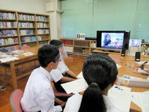 ギリシャの中学生とテレビ電話で話す彦糸中学校の生徒ら(三郷市提供)