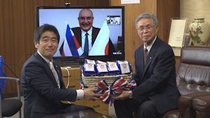 コーヒー豆を受け取る宮下智博松川町長(左)と町医歯会の宮沢豊会長(右)。中央は贈呈したアレクサンダー・サラス・アラヤ駐日大使=5日、同町(株式会社チャンネル・ユー提供)